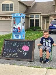 只想教育娃自力更生,没想到这6岁娃顺便解锁了卖刨冰赚钱的新技能,当上小老板啦