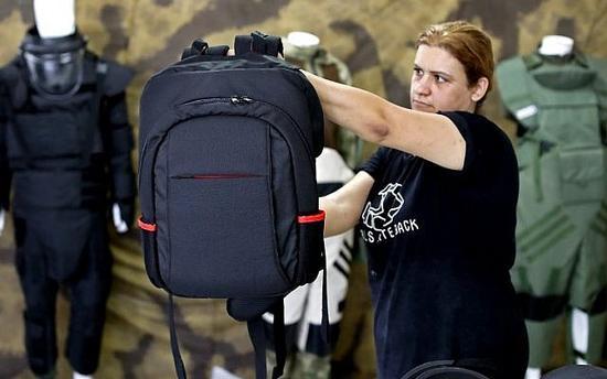 学生防弹包在美国火了:重5公斤 AR-15子弹穿不透