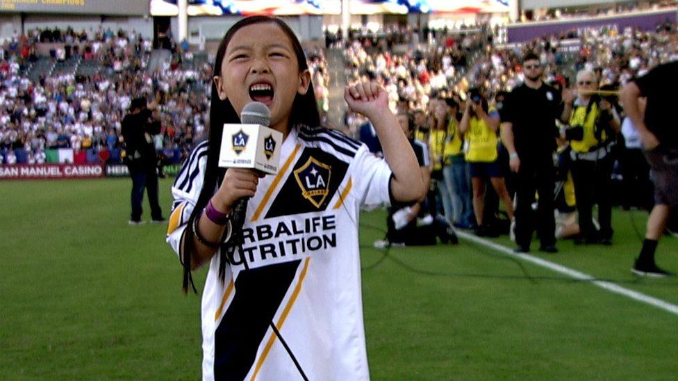 亚裔7岁女孩唱美国歌 铁肺般歌声燃爆现场