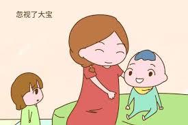 当大宝和二宝同时闹着要妈妈,先顾谁才对呢?