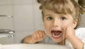 所有牙医都说,孩子必须必须每天用牙线!别偷懒只刷牙了事!