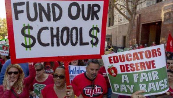 抗议薪资待遇 洛杉矶3万教师举行大罢工