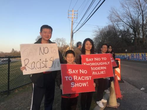 高中音乐剧丑化亚裔 华人上街抗议