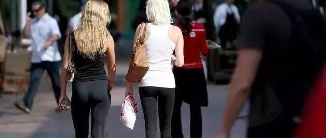 家长穿啥学校管?休斯顿一高中不准父母穿超短裙紧身裤