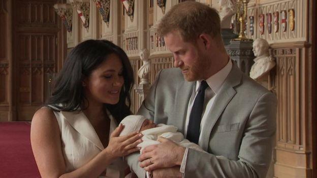 哈里王子的混血宝宝首批照片来了!他长这样