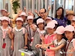 李嘉诚海外偶遇中国小学生,因为孩子们的一个小举动 捐款百万