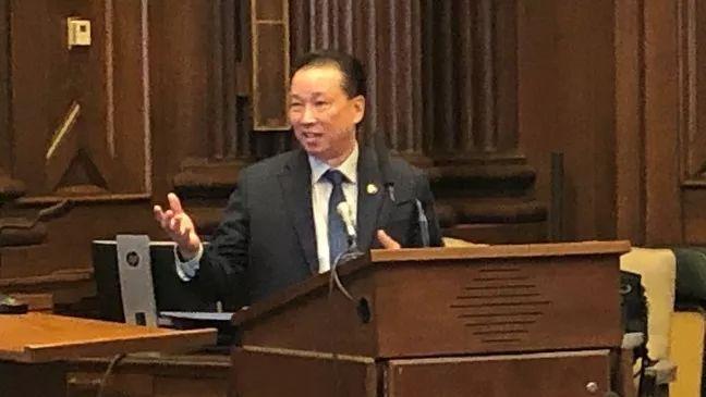 美国梦依旧在!华裔史上第一人,230年来终于迎来华裔法警