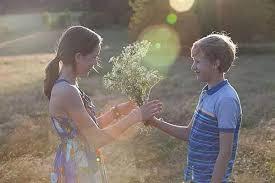 """10岁儿子要送礼物给""""女朋友"""",面对孩子""""早恋"""",我该怎么办?"""