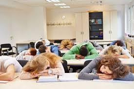 睡得多起得晚=学得好?加州州长签了个新法案:推迟学生上课时间!