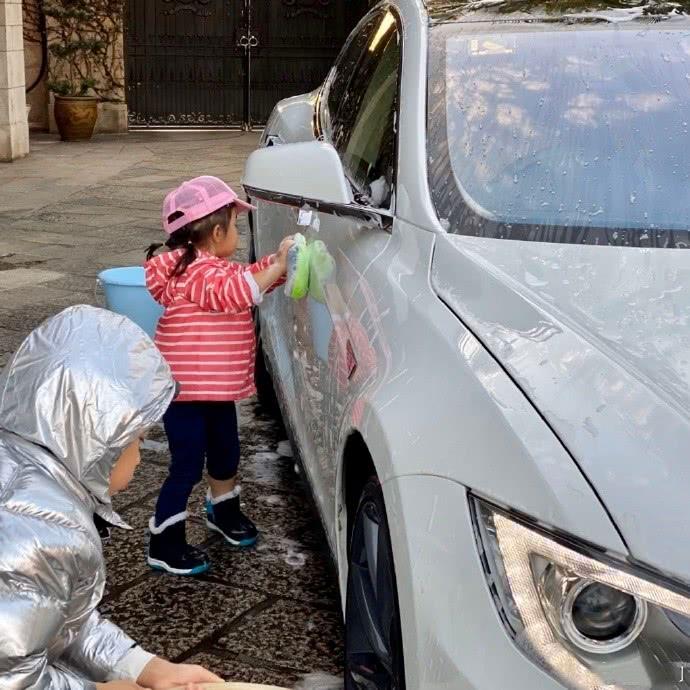 霍启刚罕见晒儿女 兄妹帮爸爸洗车赚奖励