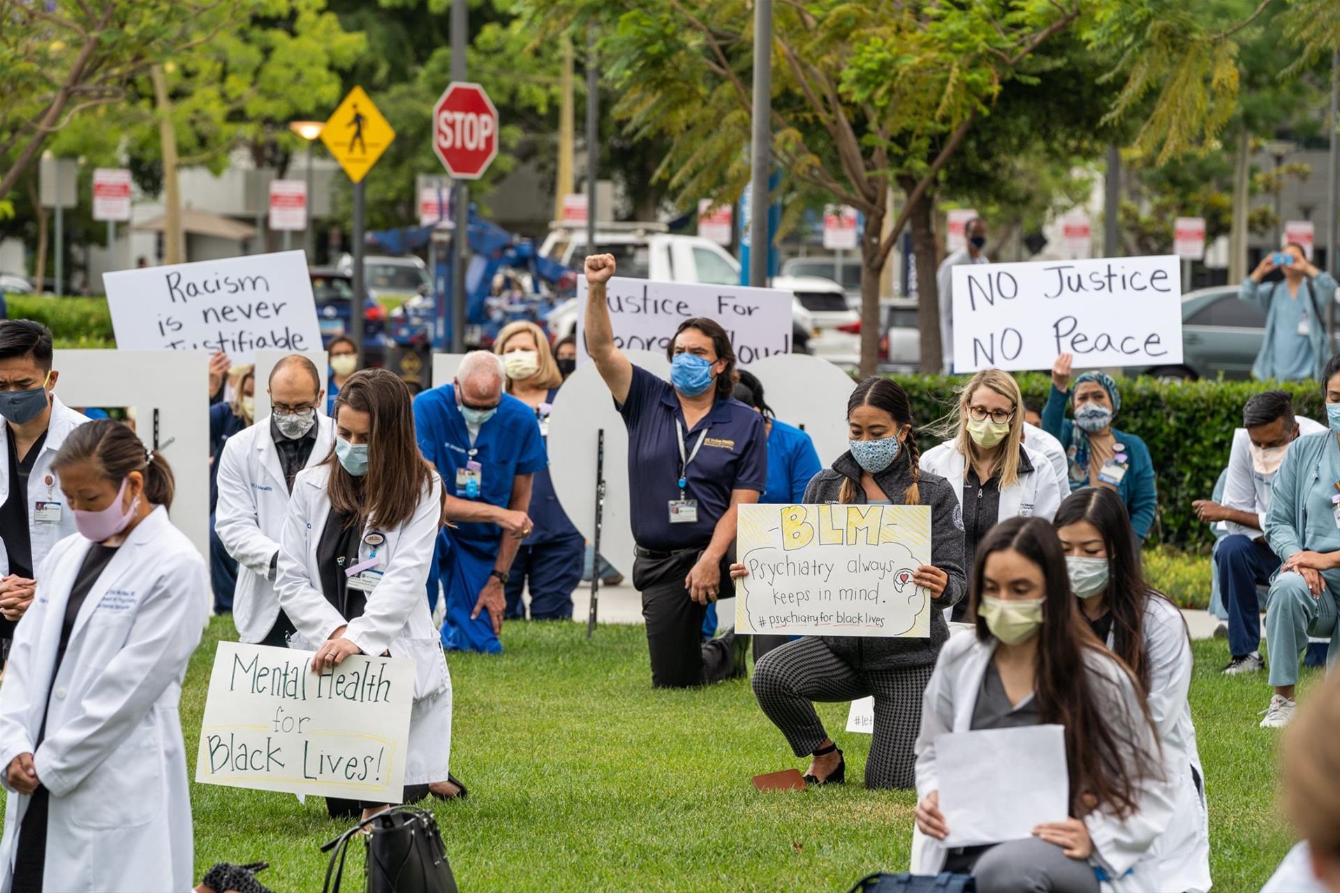 在加州大学尔湾分校 全体学生和教职工进行和平示威活动