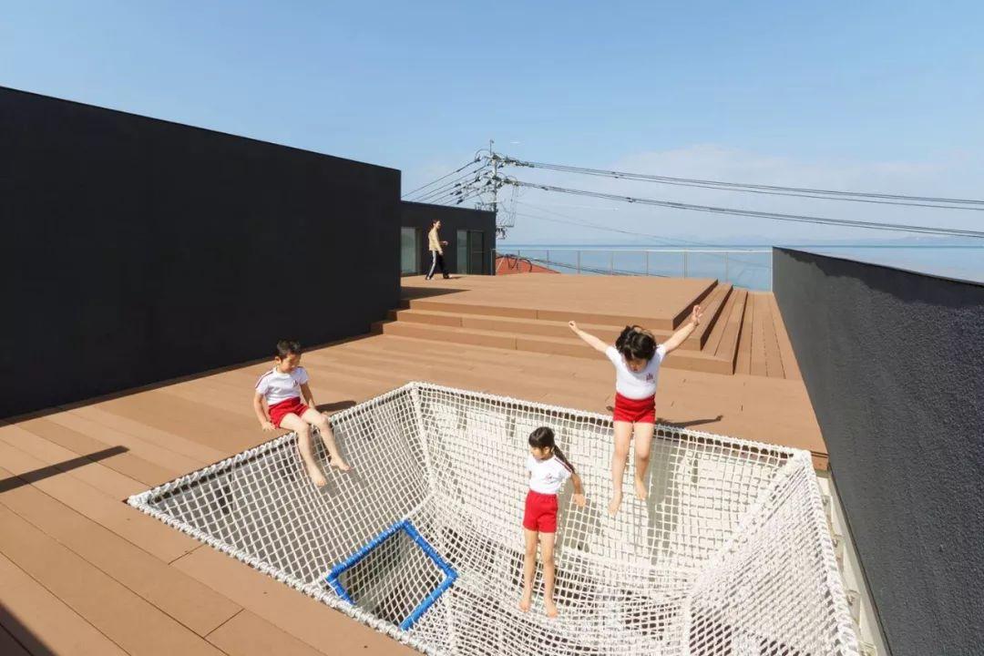 """日本小学的这波设计,居然强调""""让孩子体会危险"""""""