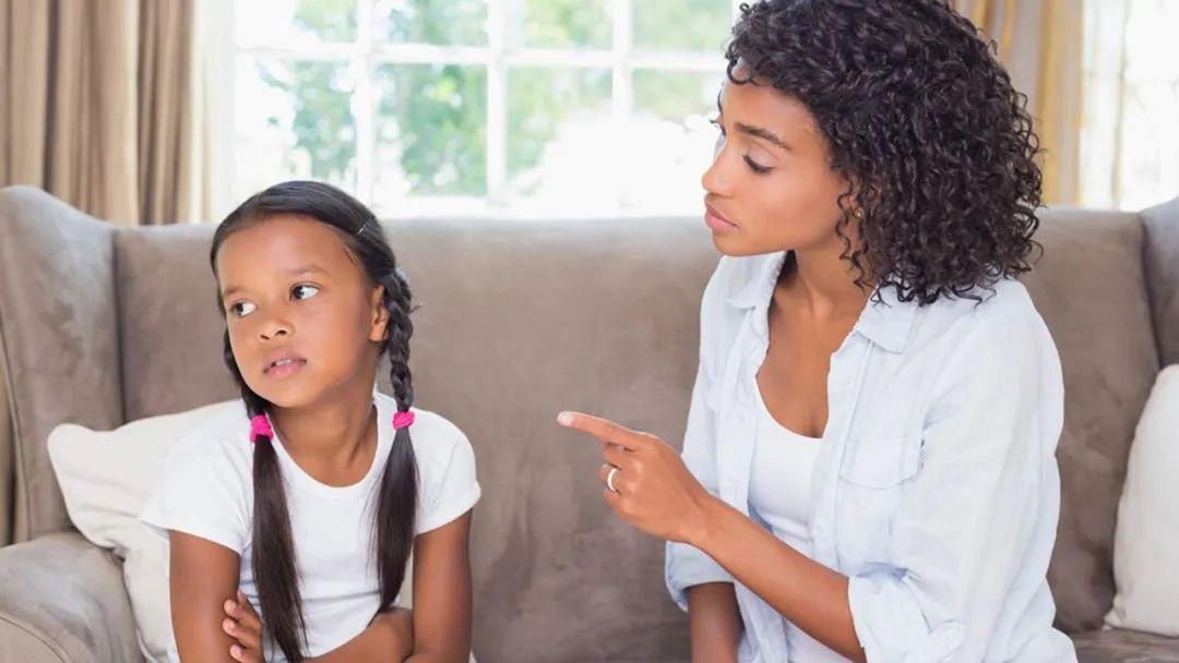 看到孩子缺点时,用什么技巧指出来,才能让她欣然接受?
