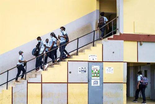 学生惊传染新冠 美校开学第1天就隔离