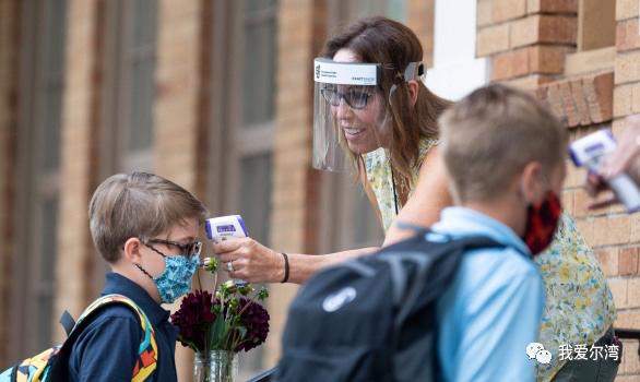 橙县圣约翰路德学校开放学校  450名从幼儿园到六年级的学生戴上口罩上学
