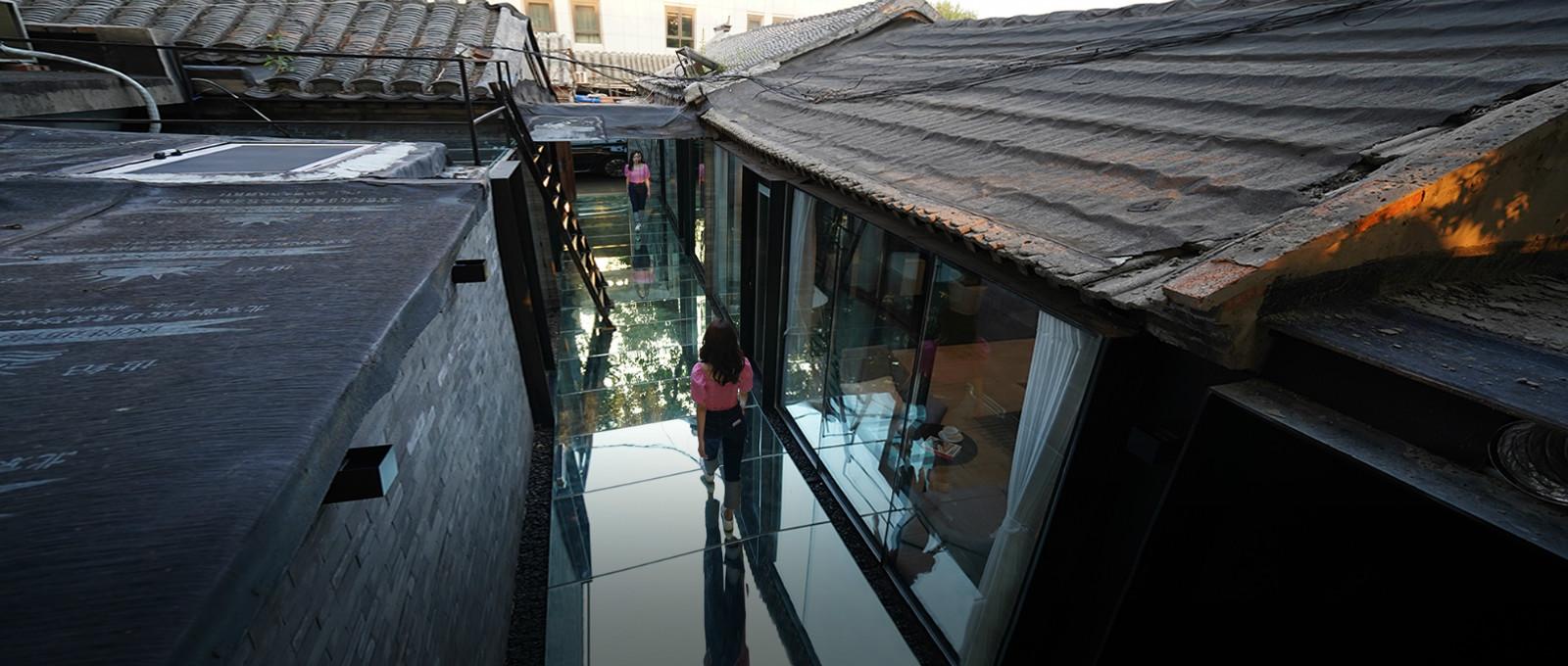 北京姑娘继承二环胡同房,地面铺镜子、浴厕全透明