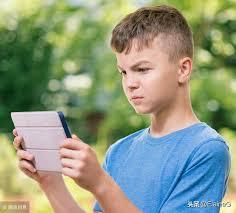 想要孩子少玩手机,看看美国儿科学会给出的建议