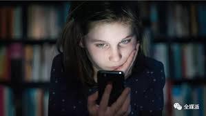 美国女生被网络暴力 甚至被踢出大学,因为4年前曾说过一个词??!