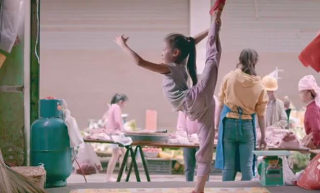猪肉店里跳芭蕾舞!上亿网友为9岁女孩喝彩!