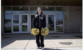 因在网上骂了句学校被处分,这个14岁女孩把官司打到了美国最高法院…..